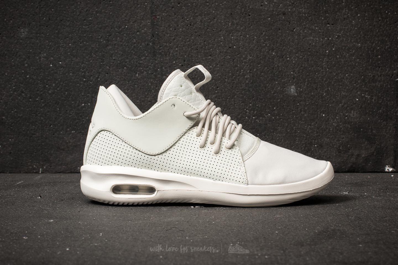 ... Air Jordan First Class. Svršek bot je vyroben z kvalitní kůže v  decetním minimalistickém designu. Objednat 40059827f1